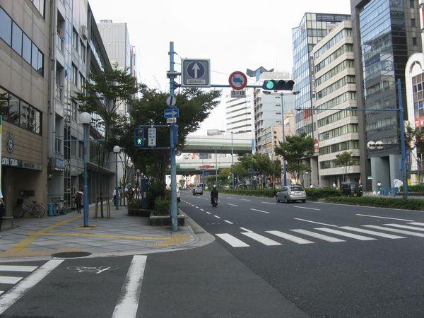 桜橋西交差点から新福島駅方向を見る。奥に見える二重の高架は阪神高速11号池田線。