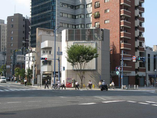 出入橋交差点の角に建つ福島換気口の換気塔