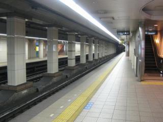 阪神福島駅ホーム。手前は阪神梅田方面行きホームで、JR東西線は奥の尼崎方面行きホームの壁の裏を通っている。