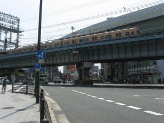 国道2号線上空をゆく阪神本線