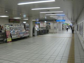JR東西線海老江駅改札口。奥へ進むと地下鉄野田阪神駅。
