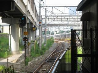 ホームからJR東西線尼崎方面を見る。上下線間に引上げ線が分岐している。
