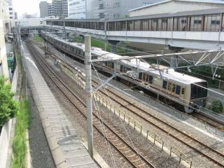 京橋駅を出発したJR東西線の電車。