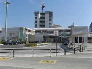 北口駅前広場から見たデッキ。
