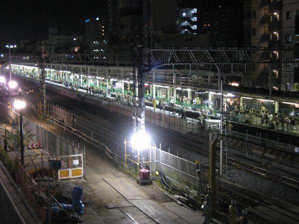 西口駅舎の跨線橋から工事中の辻堂駅ホームを見る