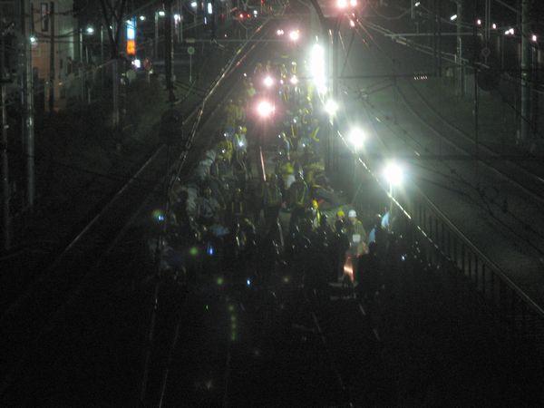 西口駅舎の跨線橋から平塚寄りの線路切替部を見る。このときはカッターでレールを切断していたようで派手に火花が飛び散っていた。