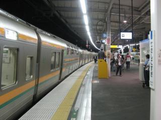 ホームが無い大船駅の貨物線上を通過する211系東海道線上り列車