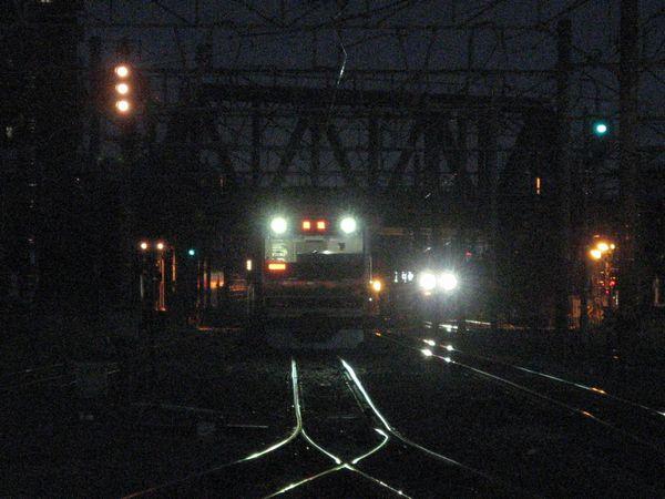 藤沢駅平塚寄りの引き上げ線で待機中のE231系。右後ろの白いライトは貨物線を走る東海道線上り列車。