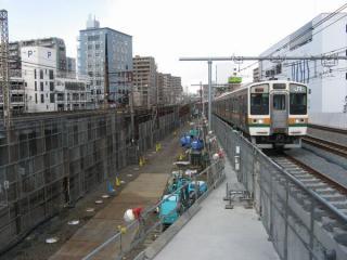 東北旅客線上り線の高架化が完了した段階。左の空間は地上の線路跡で、下り線の高架橋が建設された。