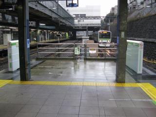 ホームドア本体が設置された恵比寿駅。このときはまだホーム両端のみに設置されていたが、内回りについては3月21日にホーム全長にわたり設置された。