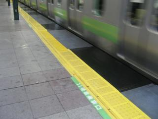 ホームドア設置のため強化工事が行われている恵比寿駅のホーム。