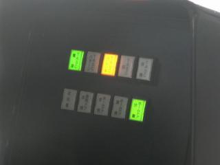 運転台のパネル右側に新設された表示灯。「TASCパターン」「ホームドア」などの文字が並ぶ。