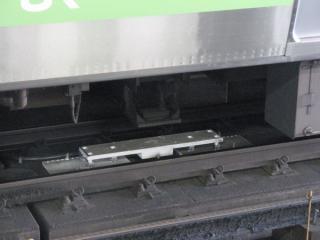 恵比寿駅停車中のクハE230形床下の連動用地上子と車上子。