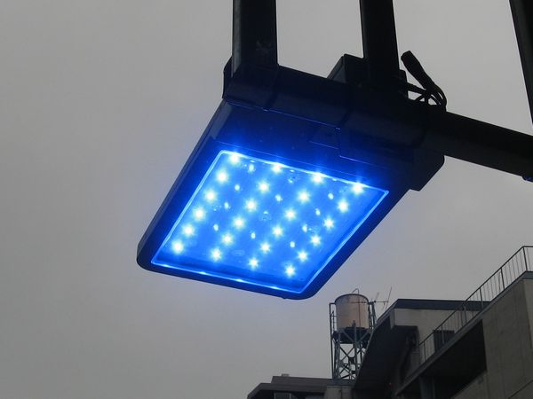 恵比寿駅ホーム端の青いLED照明。2010年3月7日撮影