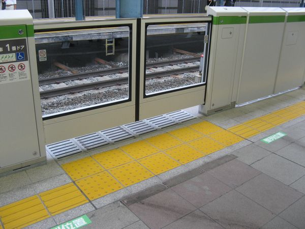 恵比寿駅で試験運用中のホームドア。
