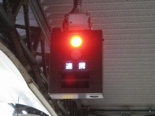 ホーム両端にあるホームドアの動作表示器。ホームドアの開扉中は赤いランプが点灯する。