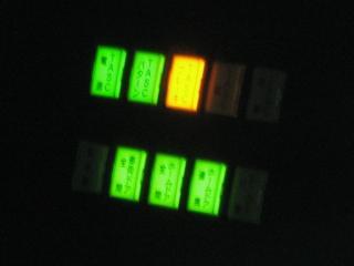 運転台に追加されたホームドア・TASC動作表示灯。E231系500番台は製造当初からこの表示灯の追加を考慮してスペースが確保されていた。