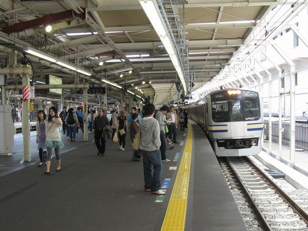 拡幅後の横浜駅横須賀線ホーム10番線に停車中のE217系