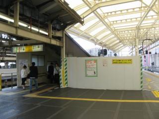横須賀線ホーム大船寄りの端にある南改札口へ通じる階段。今後エスカレータが新設される予定