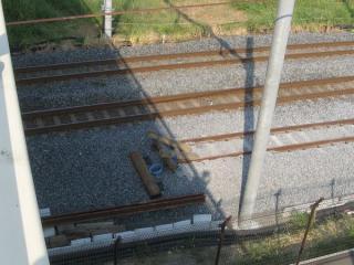 中曽根跨線橋真下の上り線新旧接続点。