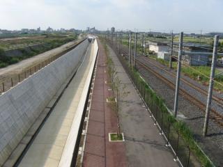 中曽根跨線橋から吉川駅方面を見る。こちらも新しい架線柱が建ち始めている。