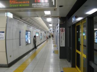 南北線白金台駅のホームドア
