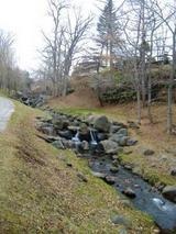 川のある散策路
