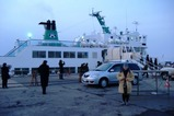 船の前にて