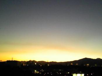 横浜の夕暮れ、右端にちょこっと富士