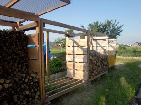 薪置き小屋近景
