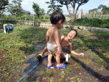 泥遊びをする子供たち