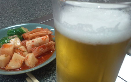 キムチにビールで乾杯よ