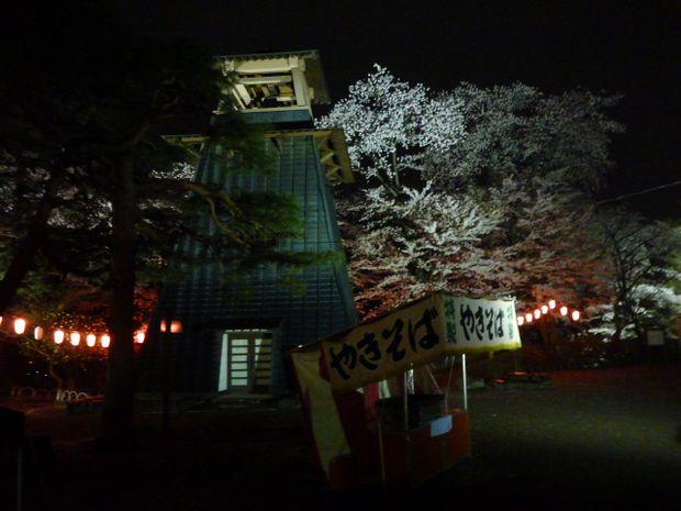 鐘楼と屋台と桜1