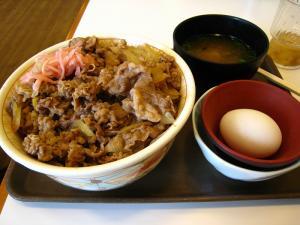 「すき屋の牛丼」、「メガ牛丼+玉子+お味噌汁」、3、