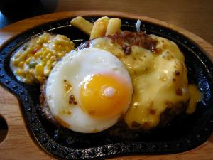 びっくりドンキー・倉敷店「チーズ・ハンバーグ、目玉焼きトッピング」、