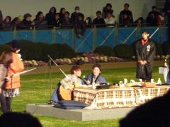 ギターを弾きミスチルを歌う後藤騎手とサポートしている福永騎手