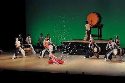 踊りながら紙ふぶきを散らす千絵子さん