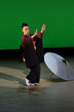 高橋竹山さんの三味線で踊る小島千絵子さん
