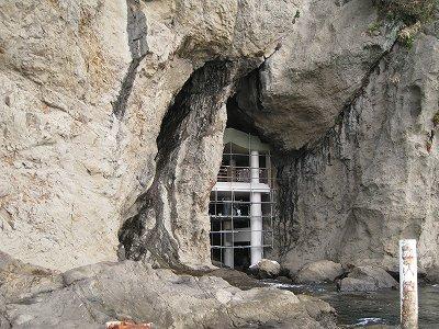 岩屋の裏から・・・