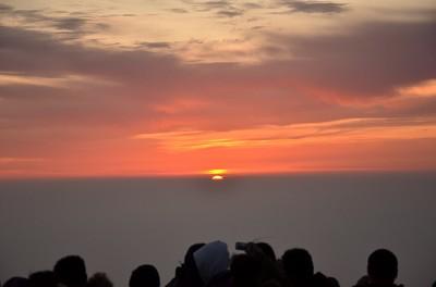 095ひょこっと太陽が頭を出した。