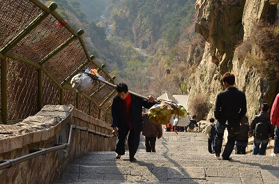 144そんな急な坂道を、重い荷物を担ぎながら登っている人たちがいた。149150