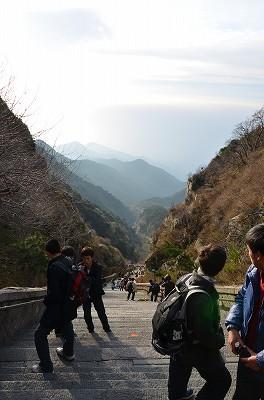 142行きは暗くて見えなかったが、こんなにも急な坂道だった。