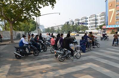 007信号待ちをしている人々。バイクに見えるけど実は、電動自転車!中国では電動自転車に乗っている人がものすごく多い。