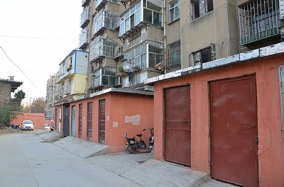 013マンションの前に倉庫みたいな建物があった。これも家なのだろうか・・・