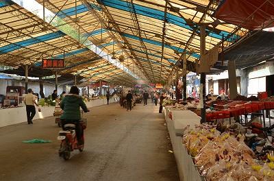 023北京の市場とは比較にならないほど人が少なかったけど市場の長さがすごかった。