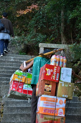 061黄山にも荷物を担いで上っている人たちが何人もいた!