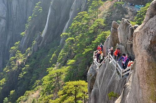 104 すぐ横は崖!しかも中国のクオリティーをあんまり信用してない僕は、いつ階段が壊れるかヒヤヒヤしてたまらなかった。