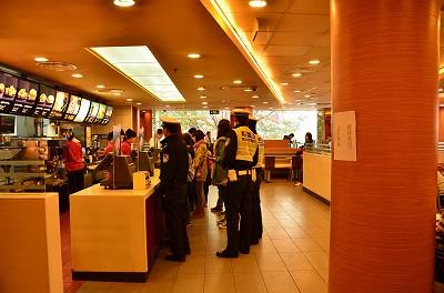 011警察が普通にマクドナルドで昼食