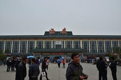 010西安駅の写真を撮っていると、