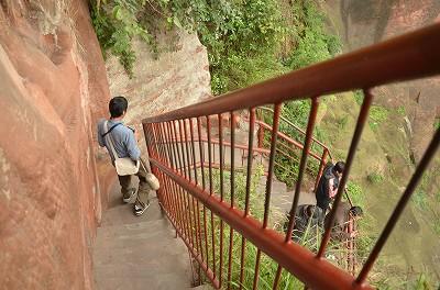 027階段で下へ。